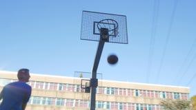 篮球做命中的街道球员 股票录像