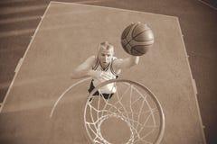 篮球做灌篮的街道球员 免版税库存图片