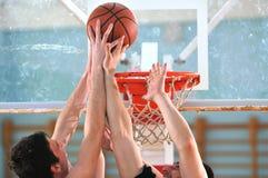 篮球决斗 免版税库存照片