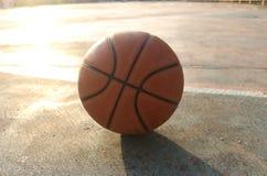 篮球和阴影在地面上 库存图片