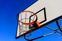 篮球场和箍 免版税库存照片