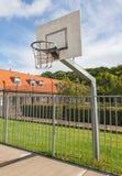 篮球场在一所老监狱 免版税库存图片