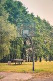 篮球场在城市公园 免版税图库摄影