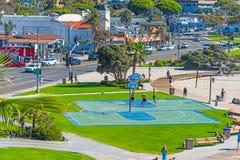 篮球场在拉古纳海滩海岸线 免版税库存照片