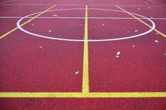 篮球场在秋天 库存图片