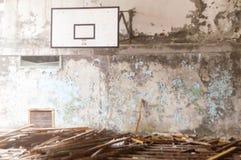 篮球场在被破坏的学校在Pripyt,切尔诺贝利区域 免版税库存照片