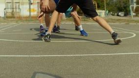 篮球场的年轻人滴下与球的 股票录像