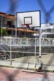 篮球大厅垂直的射击在金属篱芭后的 库存图片