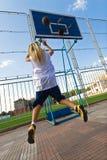 篮球女孩外部使用 免版税库存照片