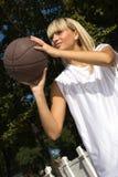 篮球女孩外部使用 图库摄影