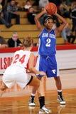 篮球女孩通过球员 库存照片