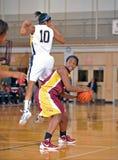 篮球女孩高中 库存照片