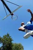 篮球扣篮从下面 免版税库存图片