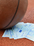 篮球欧元货币 免版税图库摄影