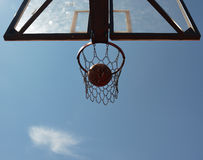 篮球球和篮子 免版税库存照片