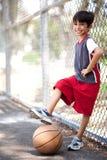 篮球男孩逗人喜爱的小辈 图库摄影