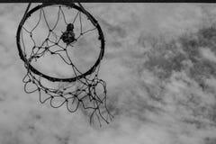篮球的老圆环 库存照片