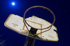 篮球目标在晚上 免版税库存图片