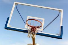 篮球盾和圆环 免版税库存照片