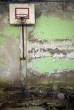 篮球盾在守旧派在Pripyat :体育馆,遗骸的被毁坏的墙壁绿色膏药,打破的木 免版税库存照片