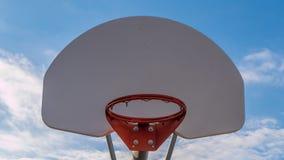 篮球篮向上看法反对一明亮的天空蔚蓝的 免版税库存照片