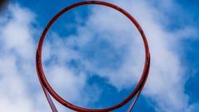 篮球篮向上看法反对一明亮的天空蔚蓝的 免版税库存图片