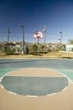 篮球篮和法院在埃尔帕索看往华雷斯,墨西哥的得克萨斯 免版税库存图片