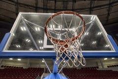 篮球篮在一个职业篮球竞技场 免版税库存图片