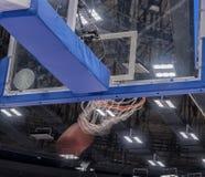 篮球篮在一个职业篮球竞技场 库存照片