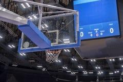 篮球篮在一个职业篮球竞技场 库存图片