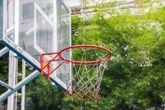 篮球篮在公园 库存照片