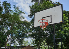 篮球篮在公园 免版税库存图片