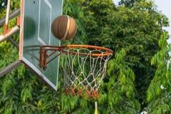 篮球篮在公园 库存图片