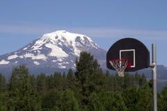 篮球篮蓝球板山背景Mt亚当斯小瀑布R 免版税库存照片
