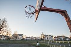 篮球篮,蓝天 库存图片