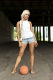 篮球美好的白肤金发的女孩身分 库存图片