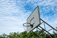 篮球被中断的箍 图库摄影