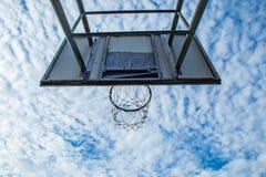 篮球被中断的箍 库存照片