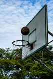篮球被中断的箍 免版税图库摄影