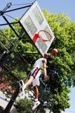 篮球跳的球员 图库摄影