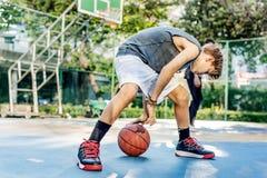 篮球运动员演奏锻炼概念的体育技巧 免版税库存照片