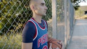 篮球运动员站立与在法院的球,等待比赛 在慢动作 最佳的球员画象 影视素材