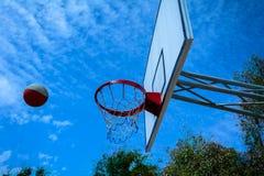篮球飞行到篮子里 免版税库存图片