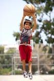 篮球高跳的球员年轻人 免版税库存照片