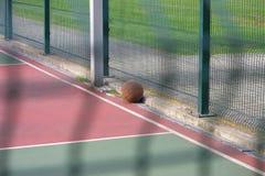篮球,室外篮球场的被忘记的运动员在锻炼以后 库存图片