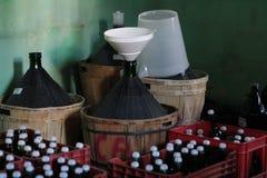 篮装的细类颈大坛酸坛和瓶 免版税库存图片