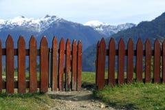 篱芭一半开放在小山的上面 库存照片