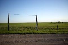 篱芭周围的牧场地在晴天 免版税图库摄影