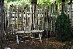 篱芭和长凳由桦树树干做成 库存照片