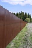 篱芭由棕色金属专业地板制成 库存照片